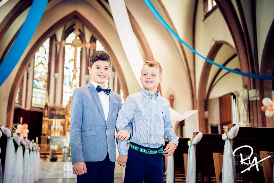 Twee communicanten jongens kerk