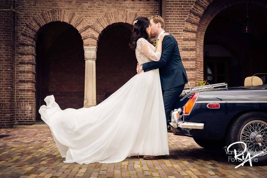 Bruidsfotografie Waalre Willibrordus kerk Oldtimer liefde
