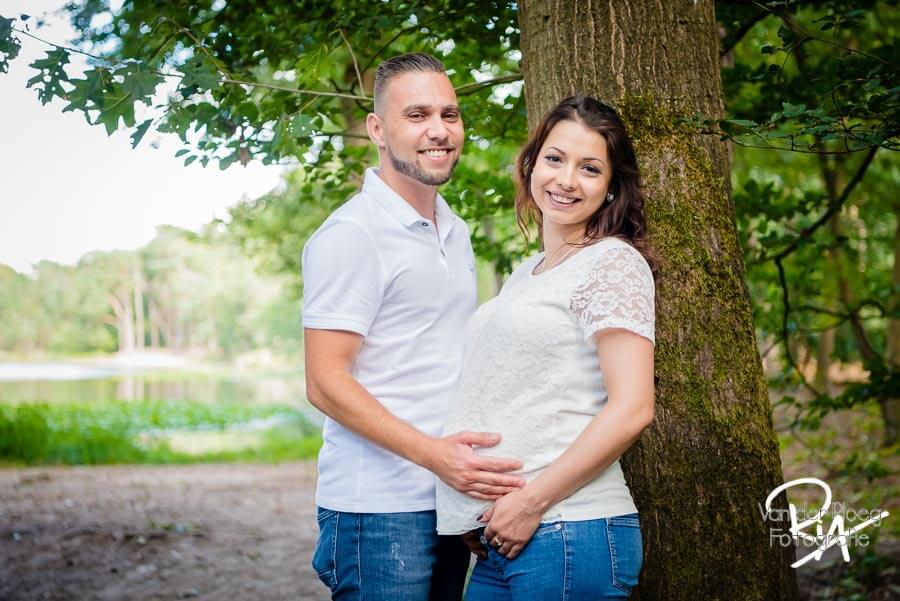 Fotografie zwanger stel Eindhoven buiten natuur