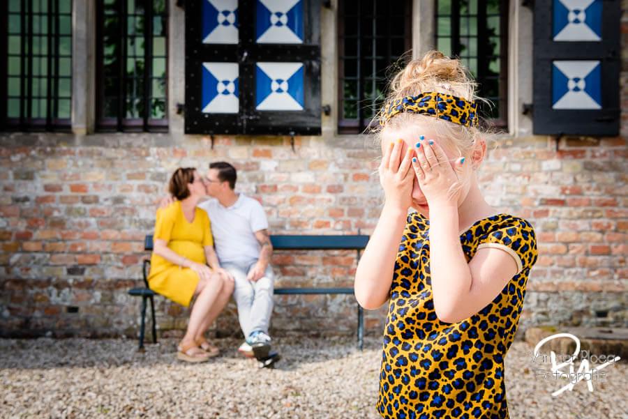 gezinsfotografie Poptaslot Marsum meisje bankje plezier