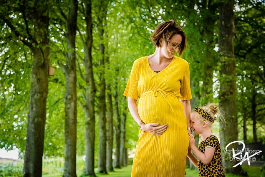 zwangerschapsfotograaf Waalre natuur zwangere buik
