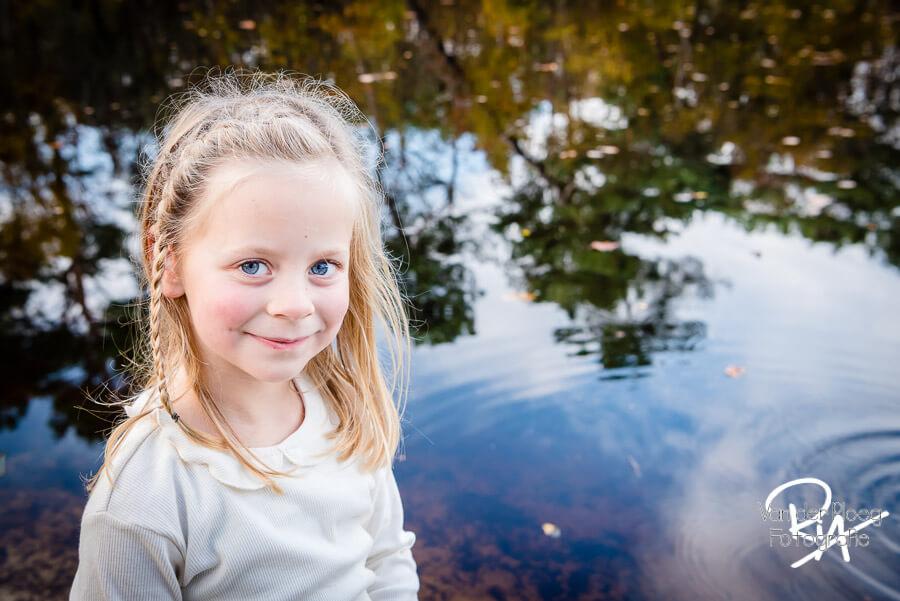 Kinderfotografie kinderportret buiten speels water fotograaf Ria Ploeg Waalre