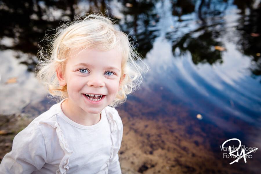 Kinderfotografie kinderportret buiten water speels fotograaf Ria Ploeg Waalre