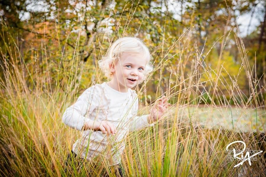 speelse fotosessie natuur regio Eindhoven gezin kind