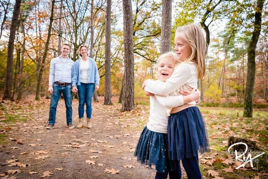 speelse fotosessie natuur regio eindhoven gezin plezier
